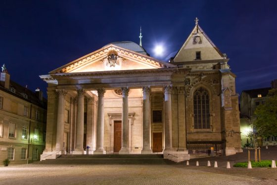 The-St-Pierre-Cathedral-in-the-old-town-of-Geneva-on-a-full-moon-night
