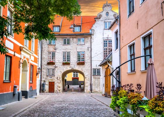 Medieval-street-in-old-Riga