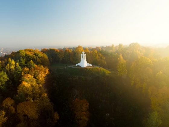 Aerial-view-of-the-Three-Crosses-monument-overlooking-Vilnius-Old-Town-on-sunset.-Vilnius-landscape-from-the-Hill-of-Three-Crosses-located-in-Kalnai-Park-Lithuania