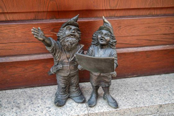 Architects-dwarfs-gnomes-sculpture-min