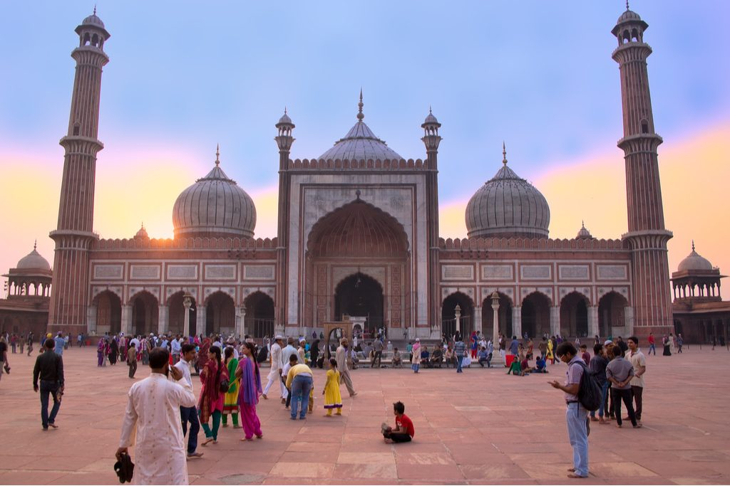 delhi-indianovember-5-unidentified-people-walk.jpg